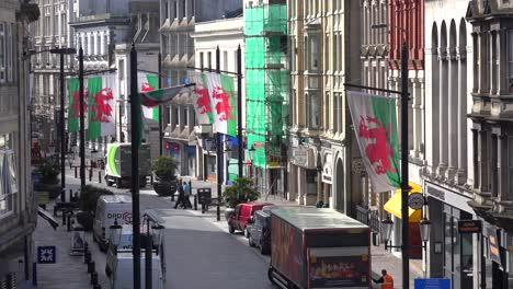 Establecimiento-De-Tiro-De-Una-Calle-Angosta-Bordeada-De-Banderas-Galesas-En-El-Centro-De-Cardiff-Gales