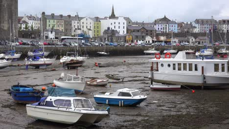 The-town-of-Caernarfon-at-low-tide-with-beached-boats-in-Wales