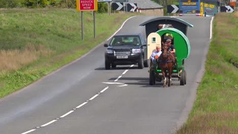 El-Tráfico-Pasa-Por-Un-Carro-De-Caballos-Gitanos-Y-Jinetes-En-La-Inglaterra-Rural