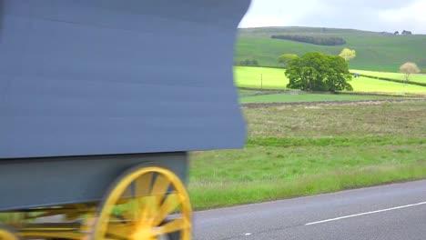 Una-Caravana-Gitana-Pasa-Por-Una-Calzada-En-Inglaterra