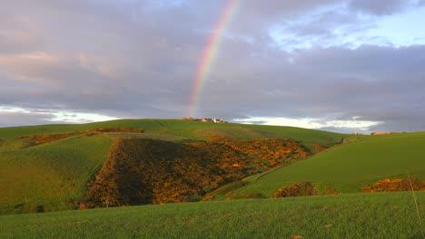 Un-Hermoso-Arco-Iris-Se-Forma-Sobre-La-Tierra-En-Escocia-O-Irlanda