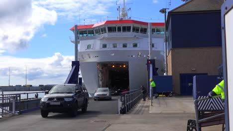 Autos-Kommen-Aus-Einer-Fähre-Bei-Stromness-Orkney-Islands-Schottland