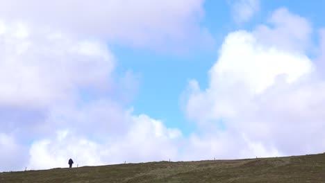 Un-Hombre-Camina-A-Lo-Lejos-De-Esta-Hermosa-Foto-De-Una-Caminata-En-Un-Lugar-Remoto