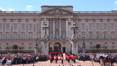 The-changing-of-the-guard-at-Buckingham-Palace-London