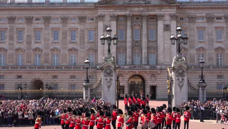 The-changing-of-the-guard-at-Buckingham-Palace-London-1