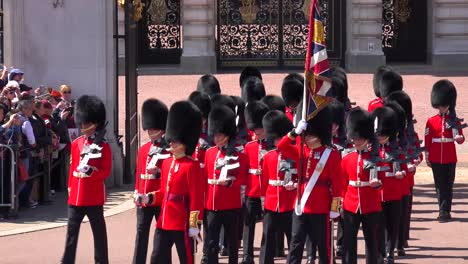 The-changing-of-the-guard-at-Buckingham-Palace-London-2