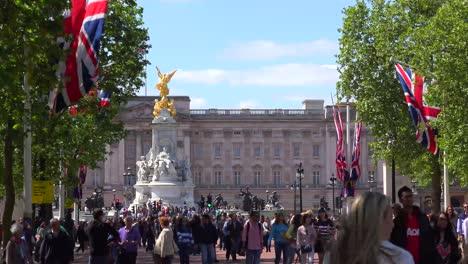 Establecimiento-De-Tiro-Del-Palacio-De-Buckingham-Londres-Con-Banderas-Británicas-Y-Multitudes-De-Turistas