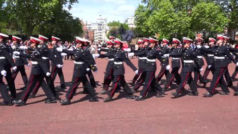 Los-Veteranos-Del-Ejército-Británico-Marchan-En-Un-Desfile-Ceremonial-Por-El-Centro-Comercial-De-Londres-Inglaterra-3