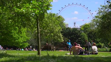 Los-Peatones-Caminan-En-St-James-Park-En-Londres-Con-Fondo-London-Eye