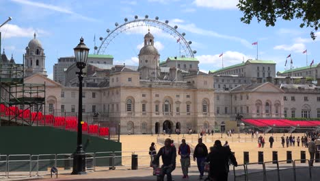 Los-Peatones-Caminan-En-St-James-Park-En-Londres-Con-El-London-Eye-De-Fondo-1