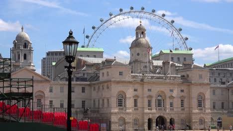 El-Palacio-De-Los-Guardias-A-Caballo-En-Londres-Con-Fondo-London-Eye