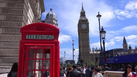 Una-Icónica-Cabina-De-Teléfono-Roja-En-Frente-Del-Big-Ben-Y-Las-Casas-Del-Parlamento-En-Londres-Inglaterra