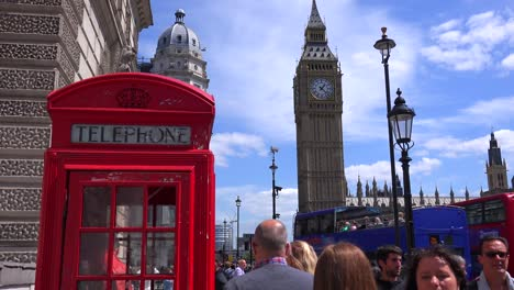 Una-Icónica-Cabina-De-Teléfono-Roja-En-Frente-Del-Big-Ben-Y-Las-Casas-Del-Parlamento-En-Londres-Inglaterra-2