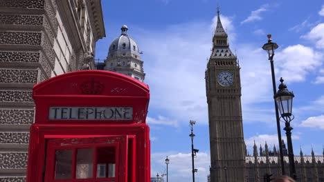 Una-Icónica-Cabina-De-Teléfono-Roja-En-Frente-Del-Big-Ben-Y-Las-Casas-Del-Parlamento-En-Londres-Inglaterra-4