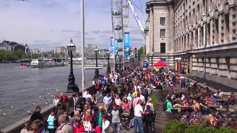 Grandes-Multitudes-Caminan-A-Lo-Largo-Del-Río-Támesis-En-Londres,-Inglaterra