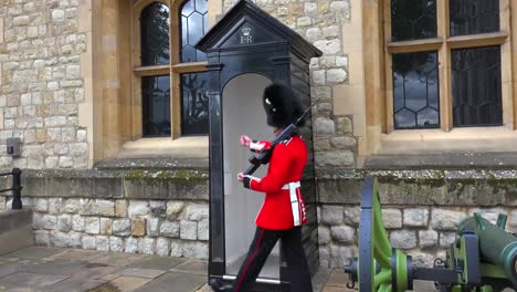 Beefeater-guards-march-at-the-Tower-Of-London-in-London-England