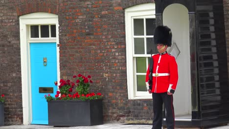 Beefeater-guard-at-the-Tower-Of-London-in-London-England