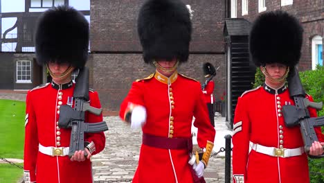Beefeater-changing-of-the-guard-at-the-Tower-Of-London-in-London-England