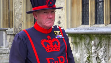 Beefeater-guard-at-the-Tower-Of-London-in-London-England-1