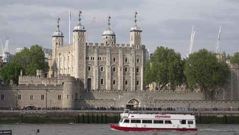 Boats-pass-on-the-River-Thames-in-front-of-the-Tower-of-London-1