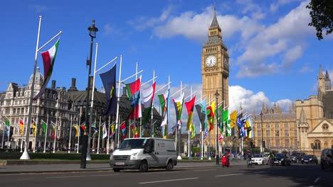 Los-Taxis-De-Londres-Pasan-El-Big-Ben-Y-La-Abadía-De-Westminster-Inglaterra