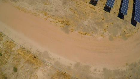 Antena-Sobre-Una-Gran-Granja-De-Paneles-Solares-En-El-Desierto-De-California-4