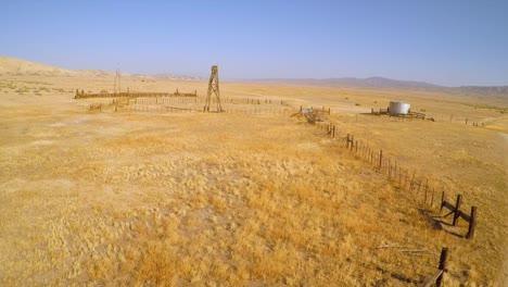 Eine-Antenne-über-Einer-Verlassenen-Ranch-In-Der-Wüste-Der-Carrizo-Ebene