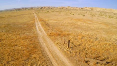 Una-Antena-Sobre-Una-Carretera-Solitaria-En-El-Desierto-De-La-Llanura-Del-Carrizo-California