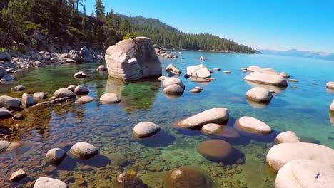 Eine-Luftaufnahme-über-Schöne-Felsen-Und-Klares-Wasser-Im-See-Tahoe-Nevada