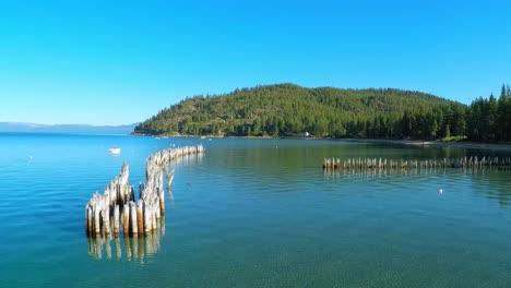 Una-Toma-Aérea-Sobre-Los-Viejos-Pilotes-Del-Muelle-En-Glenbrook-Lake-Tahoe-Nevada