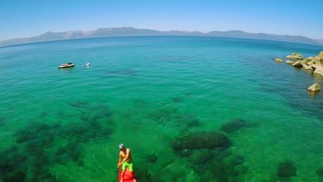 Una-Toma-Aérea-De-Un-Hombre-Remando-En-El-Lago-Tahoe-