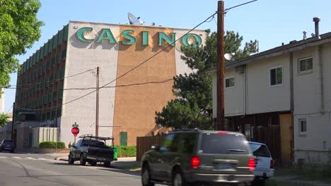 Un-Casino-Pequeño-Y-Deteriorado-Se-Encuentra-En-Un-Vecindario-No-Incorporado