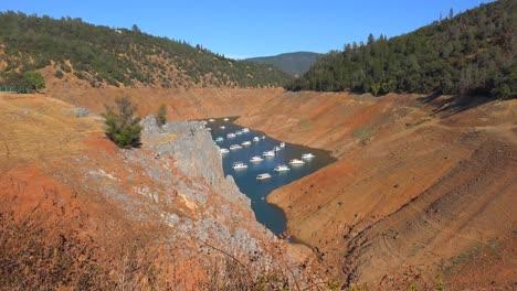 Plano-General-De-Casas-Flotantes-Sentado-En-Agua-Baja-En-Oroville-Lake-En-California-Durante-La-Sequía-Extrema