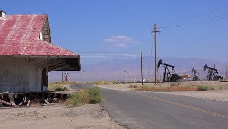 Oil-fields-and-derricks-near-Bakersfield-California