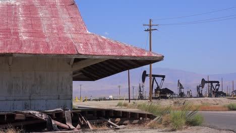 Campos-De-Petróleo-Y-Torres-De-Perforación-Cerca-De-Bakersfield-California-1