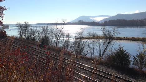 Un-Tren-De-Carga-Rueda-Por-El-Río-Mississippi-1