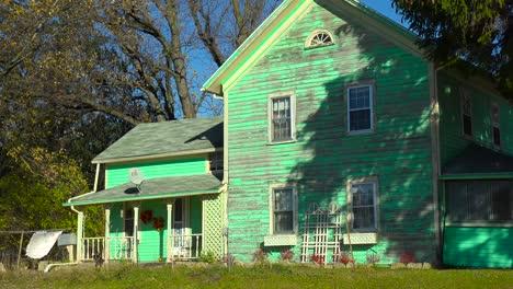 Una-Vieja-Casa-Victoriana-Verde-Desgastada-En-El-Campo