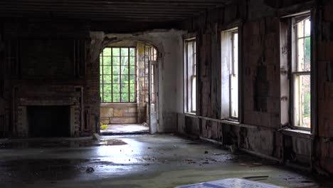 Un-Interior-Abandonado-Y-Espeluznante-Del-Edificio-Antiguo-