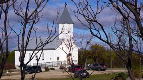 Una-Bonita-Iglesia-Blanca-En-El-Campo-Recibe-Visitantes-Los-Domingos