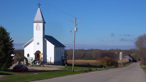 Los-Feligreses-Llegan-A-Una-Bonita-Iglesia-Blanca-En-El-Campo-