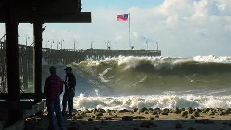 Grandes-Olas-Rompen-En-Una-Playa-Y-Un-Muelle-De-California-Durante-Una-Tormenta-Muy-Grande-10
