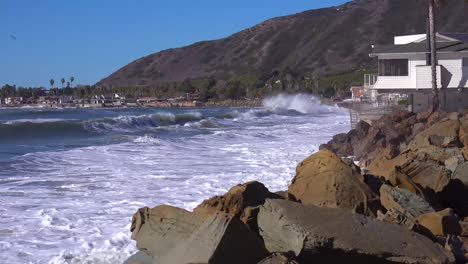 Huge-waves-and-surf-crash-into-Southern-California-beach-houses-during-a-very-large-storm-event-2