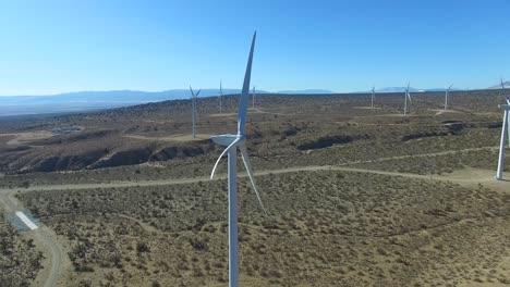 Una-Buena-Antena-Panorámica-Sobre-Un-Parque-Eólico-Del-Desierto-De-Mojave-Genera-Energía-Limpia-Para-California