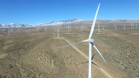 Una-Buena-Antena-Panorámica-Sobre-Un-Parque-Eólico-Del-Desierto-De-Mojave-Genera-Energía-Limpia-Para-California-1