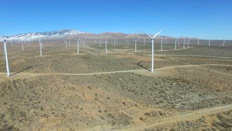 Una-Buena-Antena-Panorámica-De-Alto-ángulo-Sobre-Un-Parque-Eólico-Del-Desierto-De-Mojave-Ya-Que-Genera-Energía-Limpia-Para-California