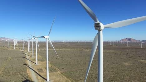 Una-Antena-Estacionaria-De-Alto-ángulo-Sobre-Un-Parque-Eólico-Del-Desierto-De-Mojave-Ya-Que-Genera-Energía-Limpia-Para-California