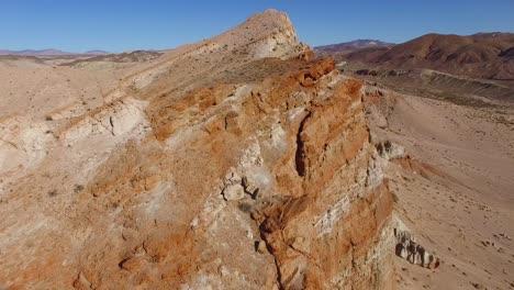 Una-Antena-Sobre-Un-Hermoso-Acantilado-Seco-En-El-Desierto-De-Mojave-De-California-O-Nevada