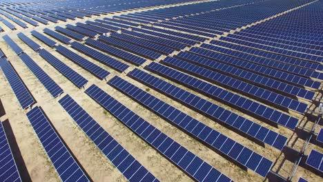 Eine-Wunderschöne-Antenne-über-Einem-Solarpark-In-Der-Kalifornischen-Mojave-Wüste