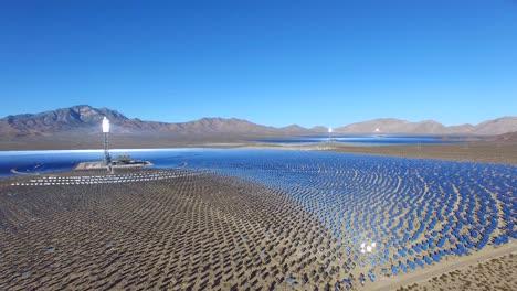 Una-Hermosa-Antena-Sobre-Una-Vasta-Granja-De-Energía-Solar-Concentrada-En-El-Desierto-De-Mojave-2