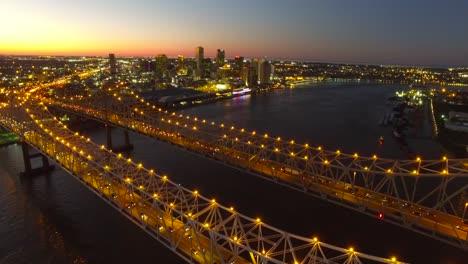 Hermosa-Noche-Estacionaria-Toma-Aérea-Del-Puente-De-La-Ciudad-De-Crescent-Sobre-El-Río-Mississippi-Revelando-El-Horizonte-De-Nueva-Orleans-Luisiana